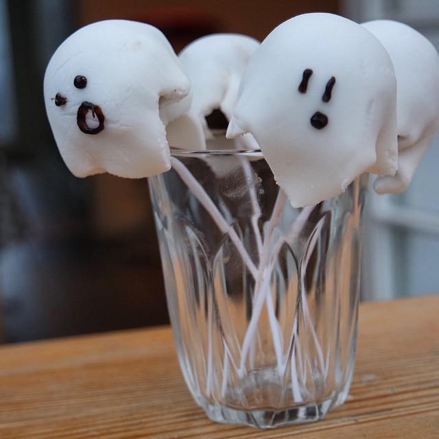 Love our #Halloween #baking attempts... #cakepop #ghosts #droetker #recipe #nomnom