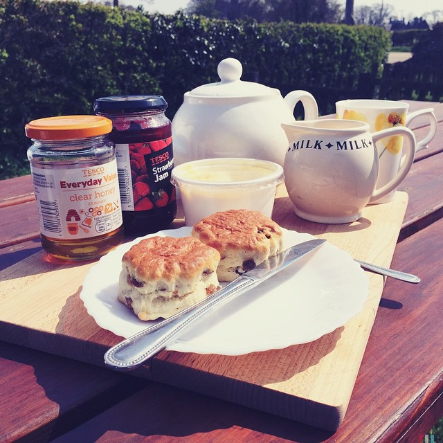 I love my lunch. Thank you hubby. @deanconstant #creamtea #scone #teapot #happymummy #holidaytreat ☕️