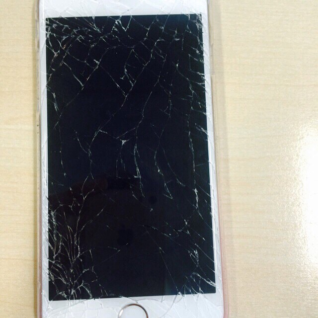 I wonder if my screens cracked!? #phone #cracked #iamawally ?